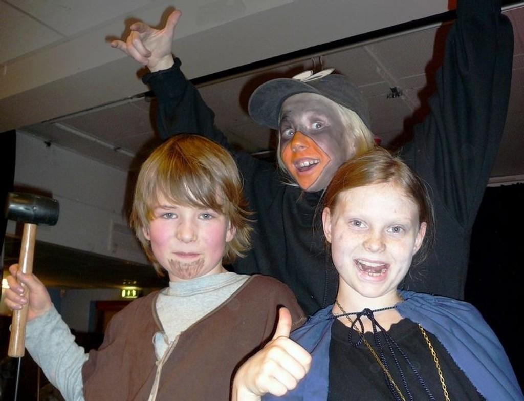 Axel, Johanne og Aurora som Tor, Loke og Hugin.