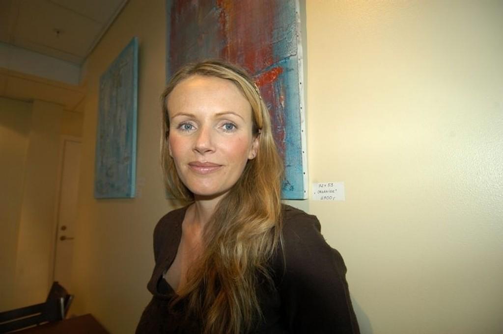 På veggen: Henriette Viig-Jonassen synes det er spennende å se egen kunst på stamkaféen.