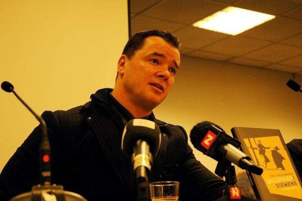 """Varsleren Per-Yngve Monsen var tydelig preget under pressekonferansen for boka """"Muldvarp i Siemens""""."""