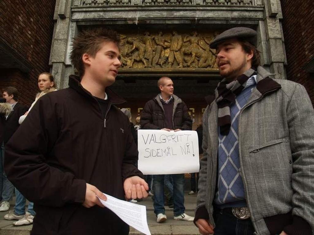 Unge Høyres Lars Madsen (t.v.) og Andreas Bareid vil ha valgfritt sidemål. (FOTO: HEGE BJØRNSDATTER BRAATEN)