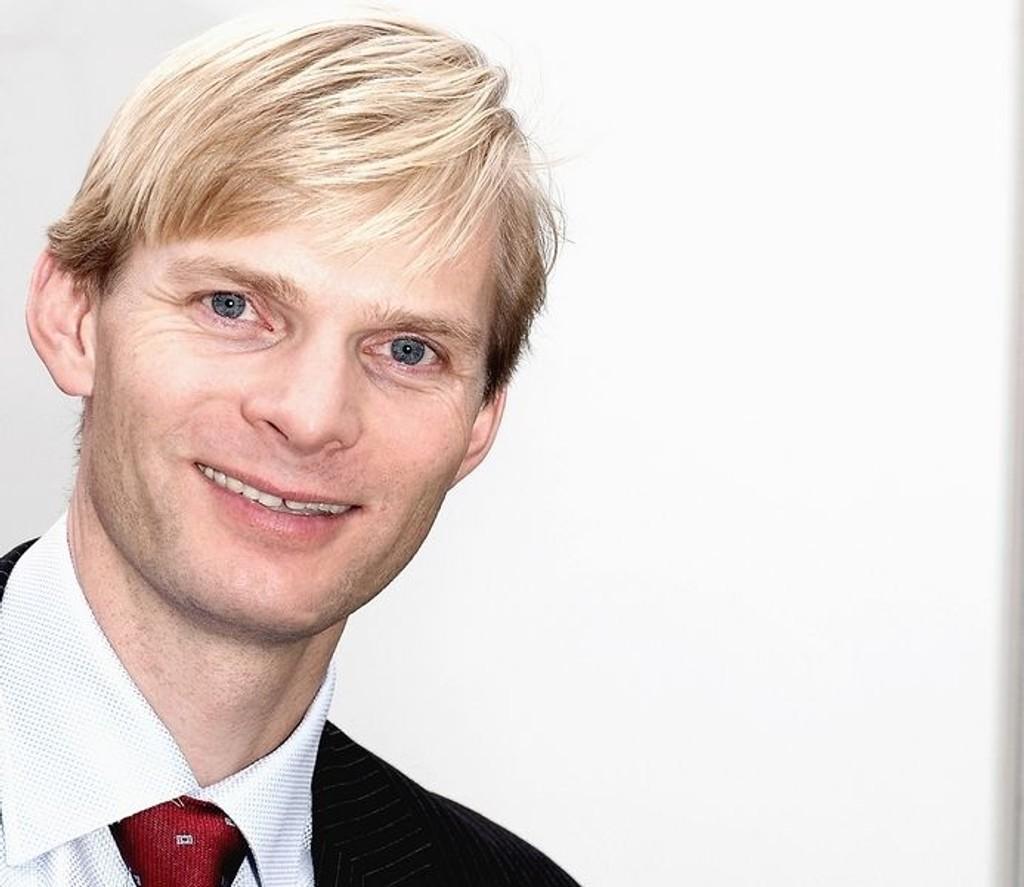 Pressetalsmann Øyvind Husby i Get legger seg flat.