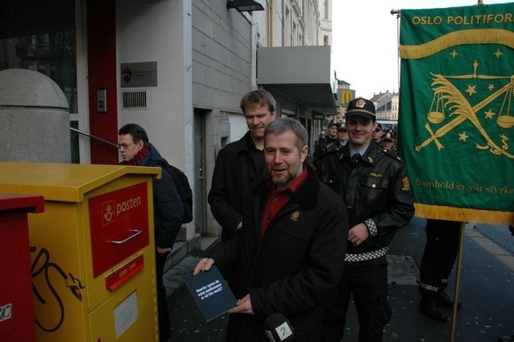Lederen for politiets fellesforbund Arne Johanssen poster kort til statsministeren med bønn om lønnsforhøyelse for medlemmene.