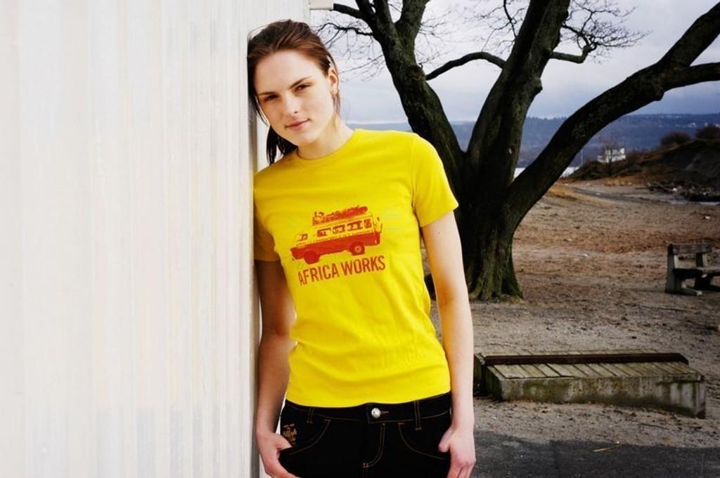 ENERGI: Gult gir energi og sommerfølelse - selv når været er grått. Gul T-skjorte, kr 150 fra Benetton og jeansskjørt, kr 699 fra Killah.