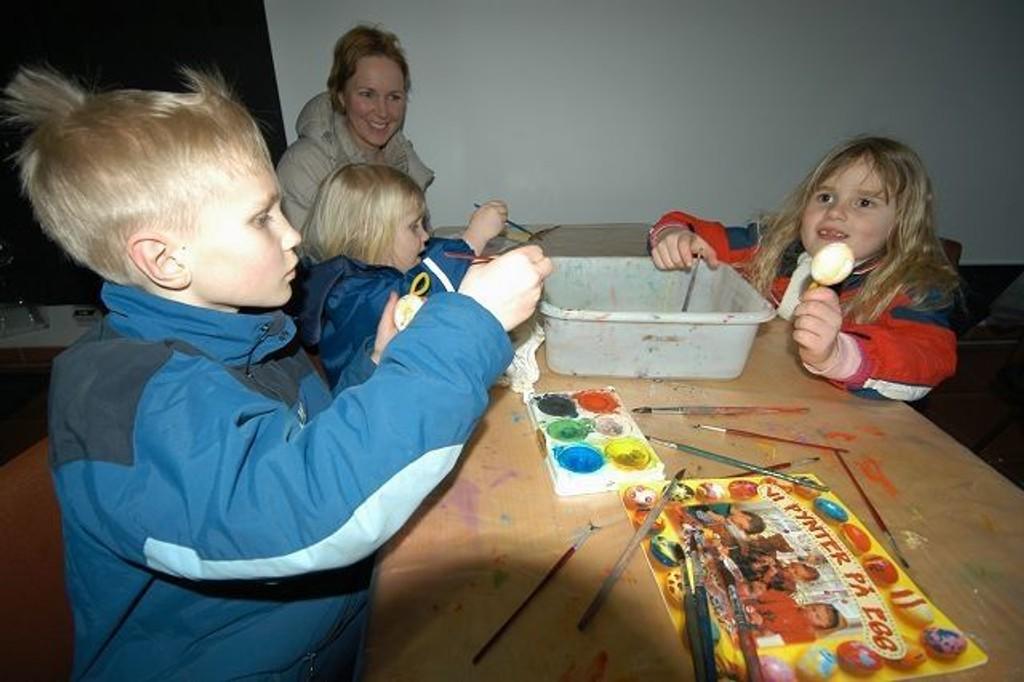 Søsknene Anna (3), Astrid (6) og Axel (8) lage påskepynt på museet. Foto: Elisabeth C. Wang
