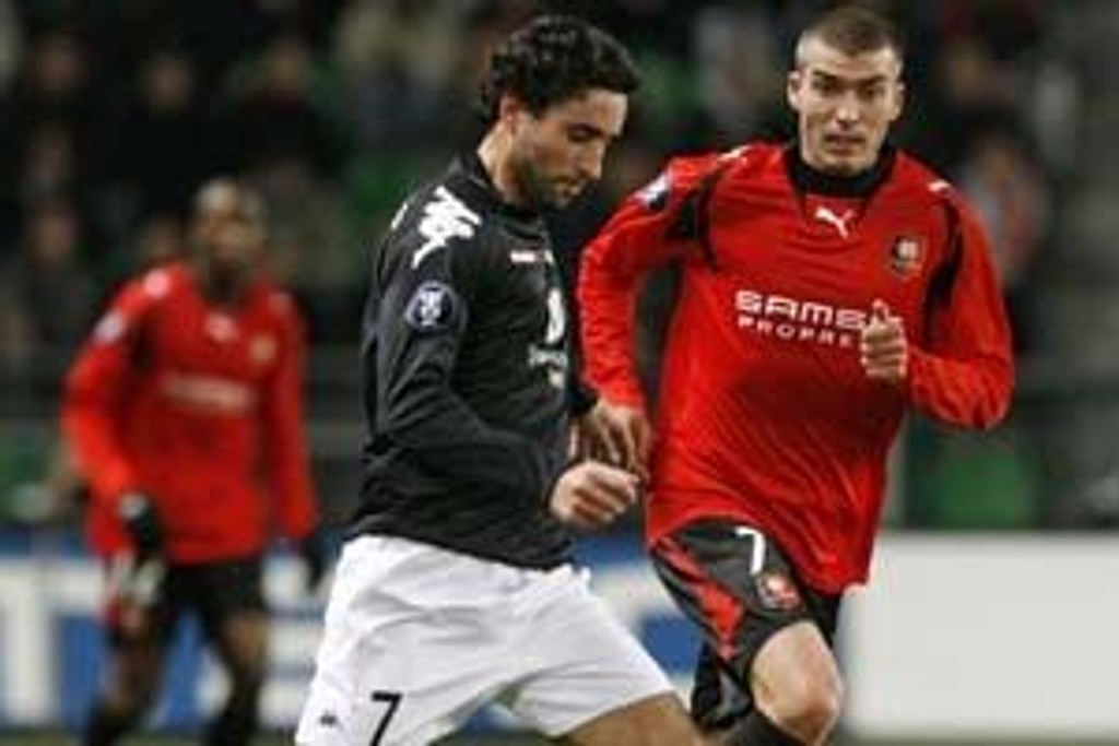 Stade Rennes' Jerome Leroy (R) fights for the ball with SK Brann's Hassan El Fakiri during their UEFA Cup Group D soccer match in Rennes November 8, 2007.