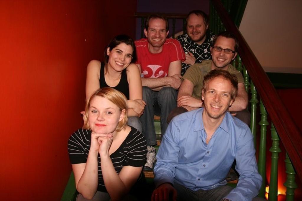 - Det skal være høyrisiko! sier Oslo Improvisasjonsteater med hjelpere. (bak fra venstre:) Gunnar Strand, Frank Ole Sætrang, Anethe Alfsvåg, lysmann Kjetil Skåret, Rikke Kikut og musiker Knut Skaarberg.