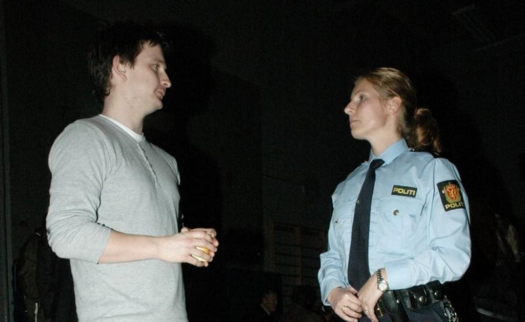 Bjørn Monsen fra Redd Barna (t.v.) og Mette Rooth fra Manglerud politikammer letter på alvorets trykk med en kaffekopp i pausen.