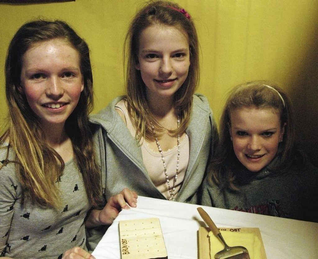 Maria Holmquist, Ida Maria Hindrum og Birgitte Rongsjord fra Apalløkka hadde laget et brett som holder fast osten.