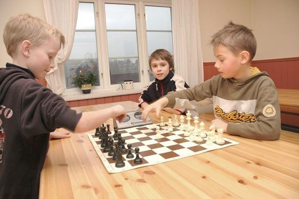 Konsentrerte gutter: Et nytt parti lynsjakk er i gang. Fra venstre: Tobias Opsahl (9), Samuel Riiser (10) og Karl-Andreas Sandvik-Høydal.