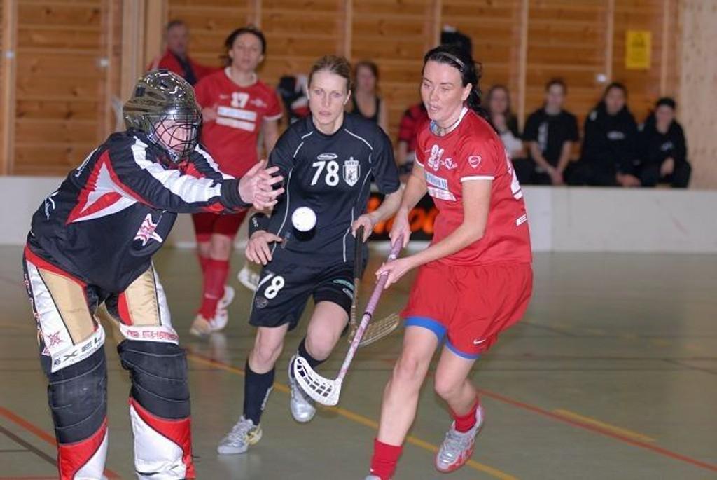 Holmlia, her ved keeper Kristin Haugen og back Beate Olsen, hadde få problemer med å slå Akerselva i den første semifinalen i NM.