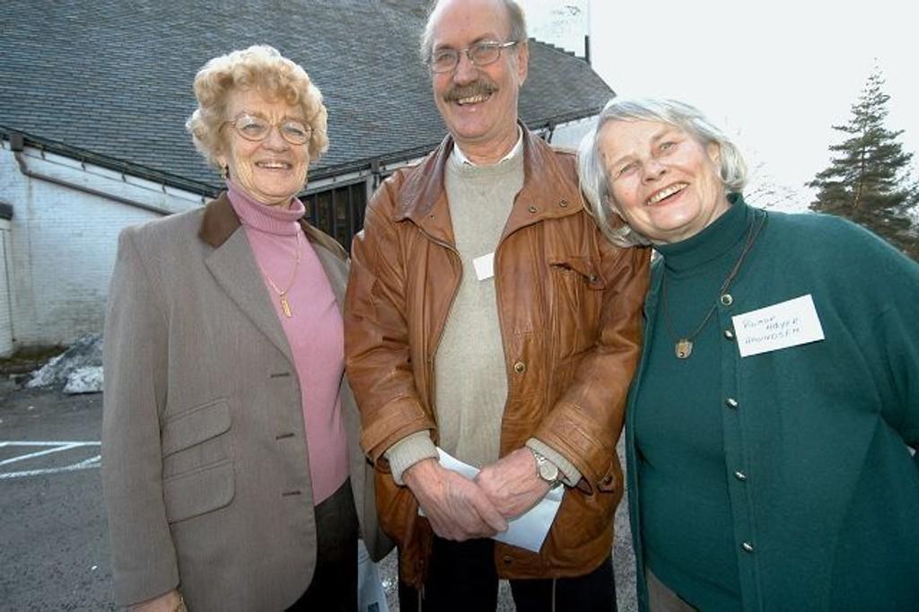Leder av koret Kirsten Fjellheim sammen med Rigmor Høyer Amundsen og Bjørn Tomten i jubileumskomiteen. Foto: Elisabeth C. Wang