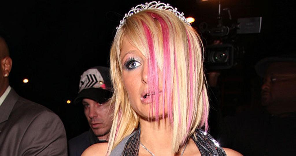 HOT PINK: Paris Hilton har fått rosa extensions. Sammen med tiara blir jo det helt utrolig.