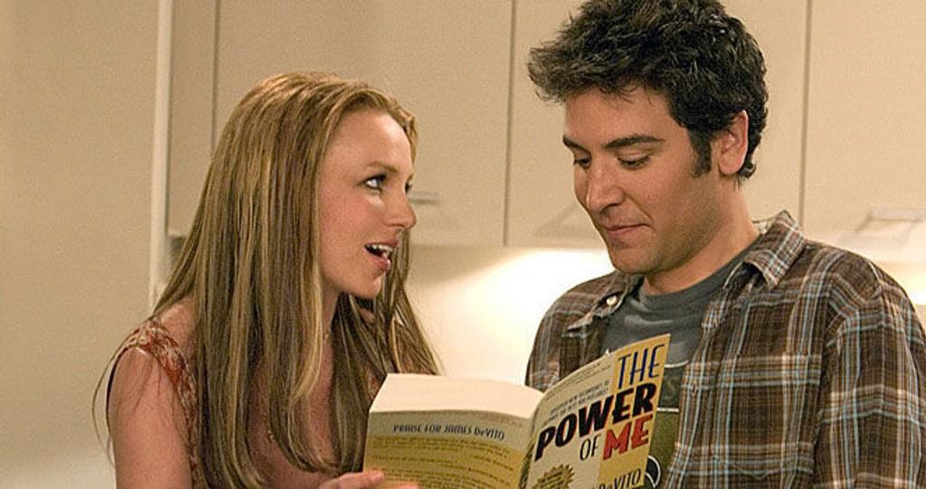 MORSOM: Britney Spears som Abby i serien How I Met Your Mother. Her er hun med hovedrolleinnehaver Josh Radnor.