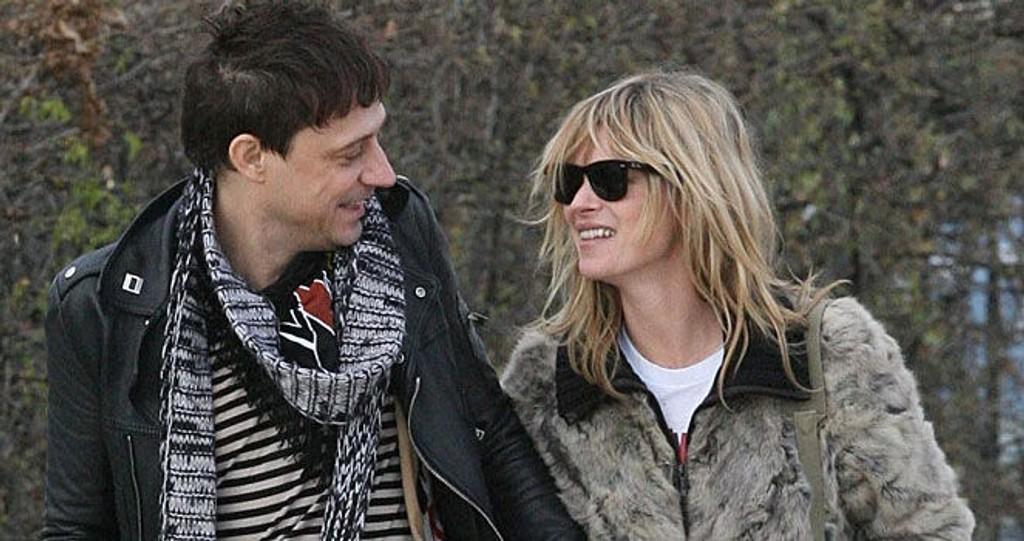 BRUD? Kate Moss har annonsert ekteskapsplaner med kjæresten Jamie Hince. Her er paret i Paris .