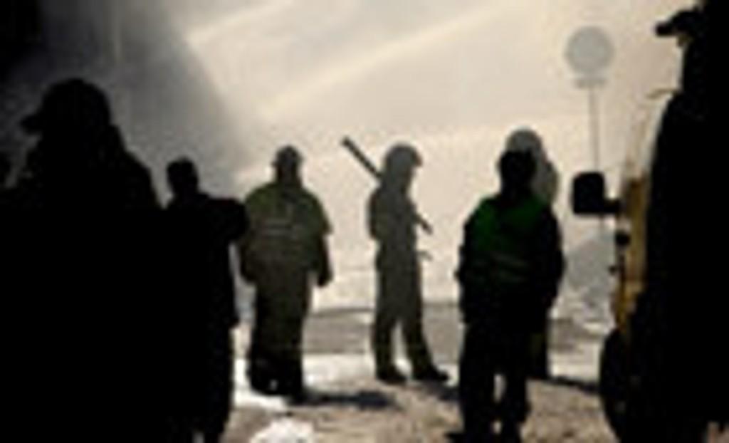 Brannmannskaper i arbeid under raskatastrofen i Ålesund.