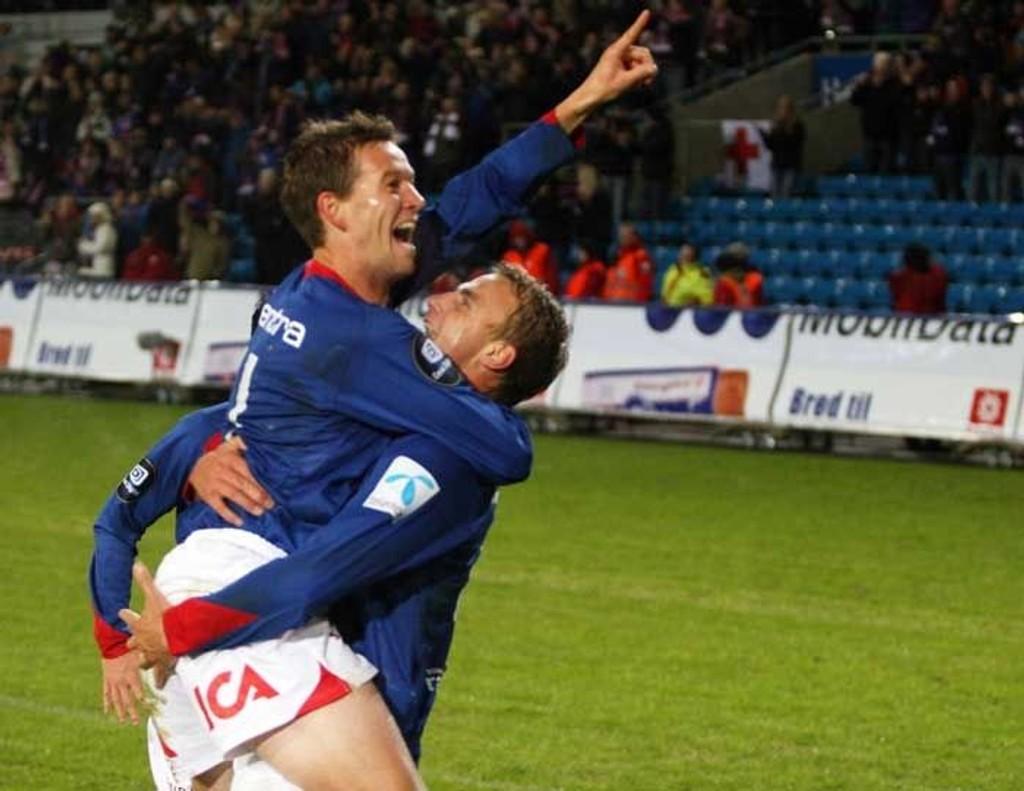 gratuleres av Bengt Sæternes etter 1-0 scoringen.