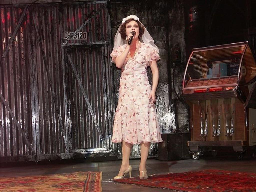Heidi Gjermundsen Broch spiller Polly i Tolvskillingsoperaen. Her er mesterborgerligheten den store skurken, og Polly er like skruppelløs som de andre. Herlig å spille slem pike, sier Broch. FOTO: Grace Brynn