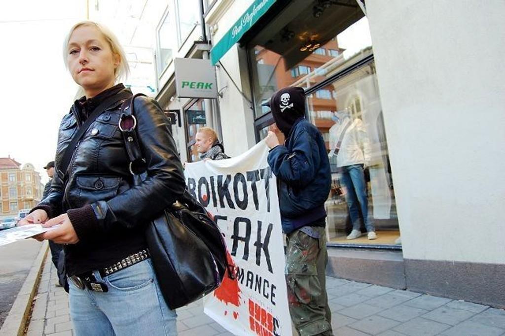 Fham Sjøholm (32) demonstrerer for dyr, mot pels foran Peak Performance-butikken i Bogstadveien. FOTO: JULIE MESSEL