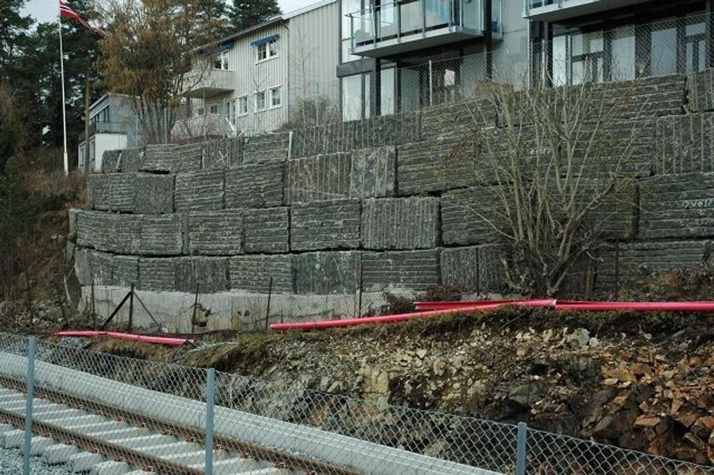 Hvis denne muren raser ut i skinnegangen utgjør den en stor fare for personer og materiell på Kolsåsbanen.
