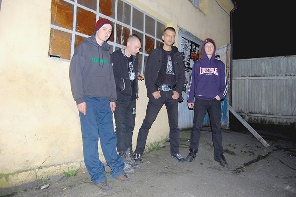 Bandet velger å spille støttekonsert for Brakkebygrenda når de spiller sin første konsert.