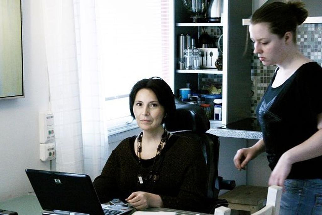 Linda Vatne Johansen er avhengig av hjelp fra assistenten Ingvild Myhre. Men hva skjer når hun skal ut og reise?