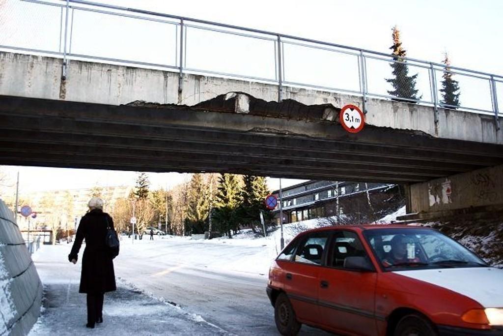 Gangbroen over Karl Fossums vei på Stovner har stått slik i halvannet år nå.