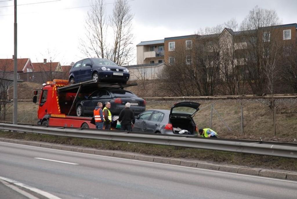 En personbil og en lastebil kolliderte ved 14-tiden på E6 ved Bryn senter.