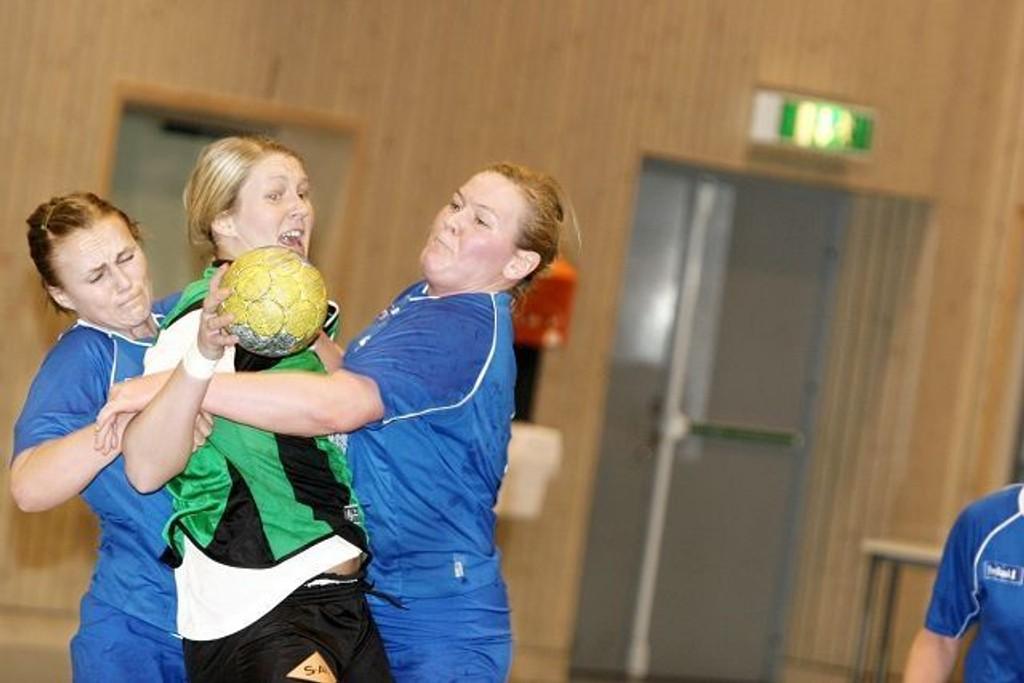 Tøffe: Kristin Toftland (venstre) og Maiken Sønsterud gir alt i forsvar.