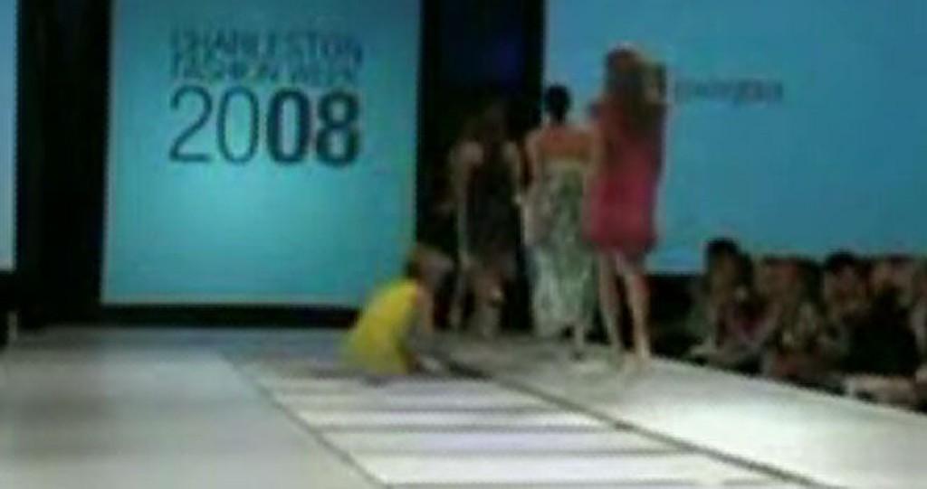 DATT RETT GIJENNOM: Designeren gikk feil og tråkket rett ut i catwalken. Se video nede i saken!