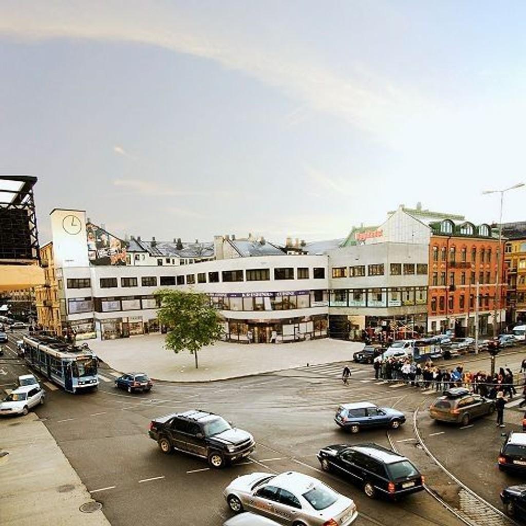 Vinkelplassen uten sykkelstativ, og parkeringslomme mot Valkyriegaten, og med tre, slik den vil fremstå til høsten. FOTO: LANDSKAPSFABRIKKEN