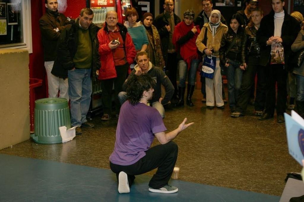 Navid Rezvani fra dansegruppe Floor Knights ønsket alle velkommen, og forklarte at uten Xray hadde han ikke overlevd i Norge.