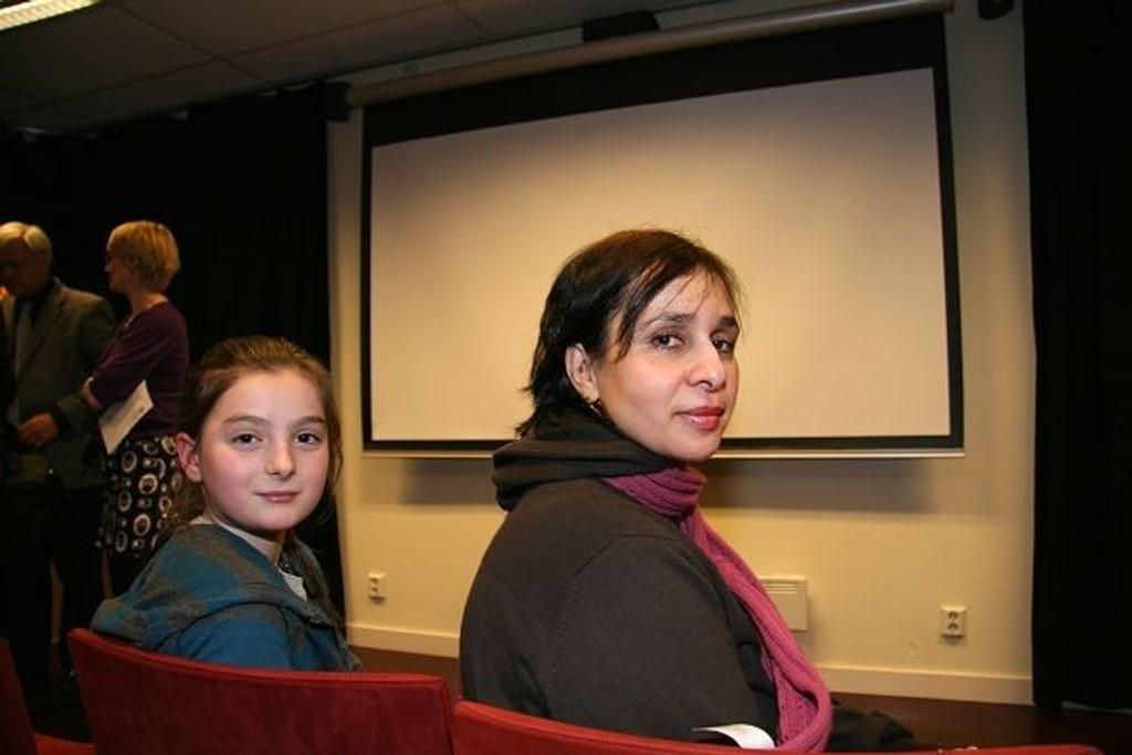Elev ved Gran skole Flora Ajeti (10) og Rajáa Alsoukkari fra Skoleverkstedet gleder seg til å ta i bruk Kinoteket.