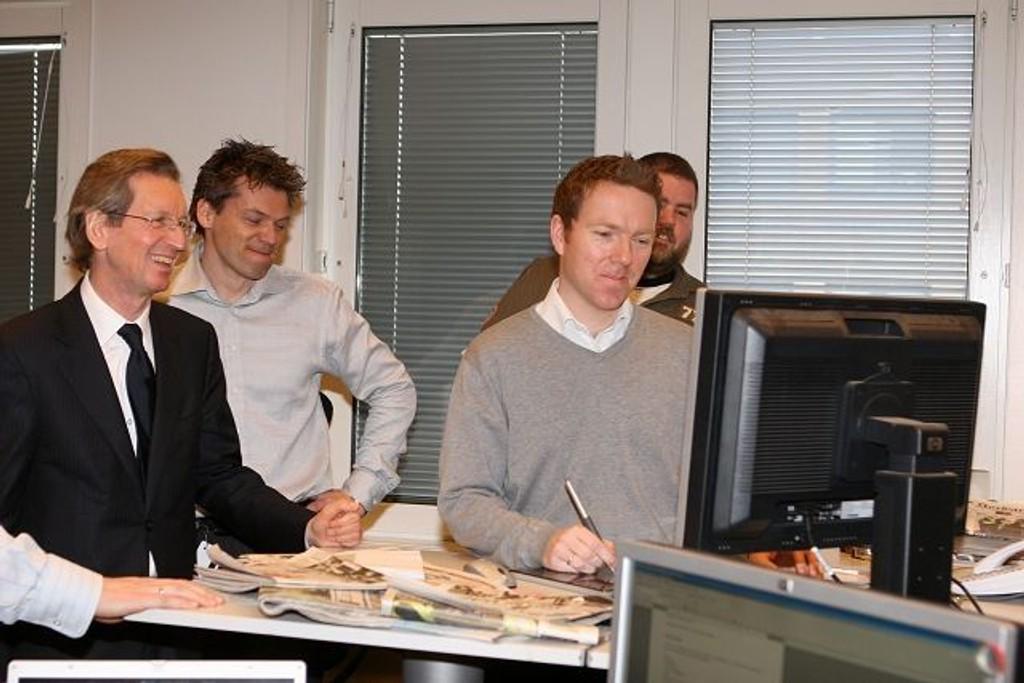 David Montgomery (t.v.) fikk se hvordan journalistene i Lokalavisene jobber. Videre f.v. administrerende direktør Jan Tore Kristiansen, redaktør Christian Haksø og journalist Øystein Dahl Johansen.