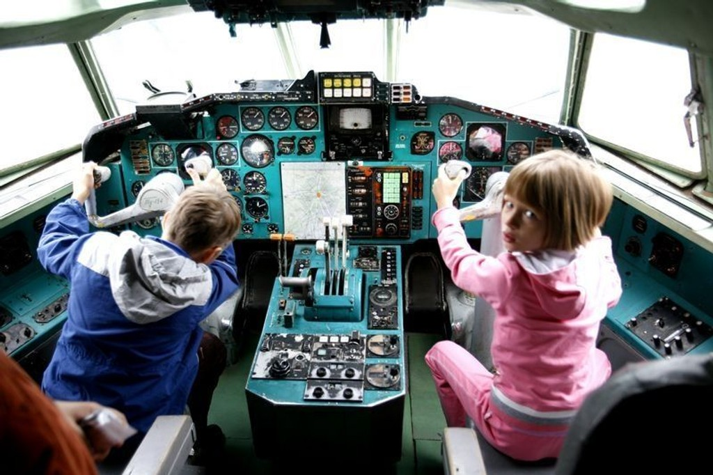 LIZA FLY-FLY: Liza Tsjuprova (7) er en av mange som får muligheten til, og gleden av, å være liksompilot for en dag i det pensjonerte Tupolev-flyet.