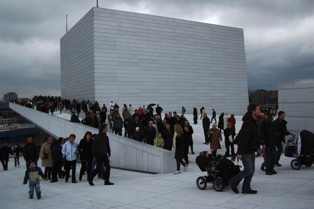 Mange tok turen til det nye operabygget dagen etter den store festen.