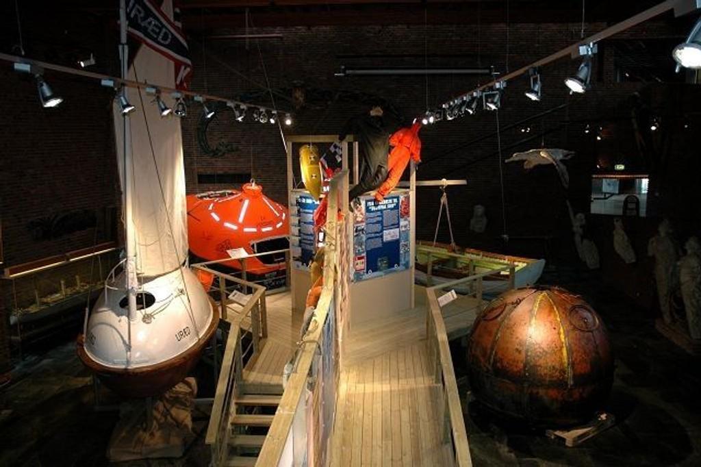 Utstillingen på Sjøfartsmuseet tar for seg sikkerhet på sjøen, og to av norges oppfinnere i den sammenheng. t.v. Brude-egget og t.h. Dønvigbøyen.