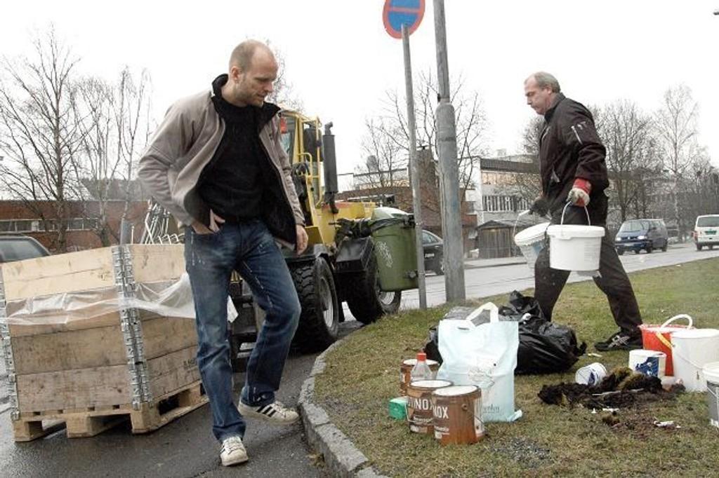 Jørn Ulrichsen reagerer på at farlig avfall har stått usikret i ett døgn i Storgården borettslag før det samles inn av vaktmester Rune Sagen.