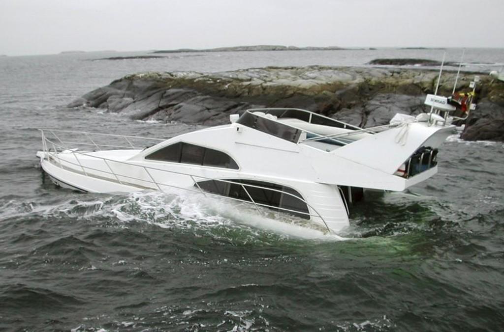 PÅ GRUNN: Raske, dyre båter som går på grunn med uerfarne folk om bord, er en kjent sak for redningsselskapet.  (Foto: Gunnar Waagø/Redningsselskapet)