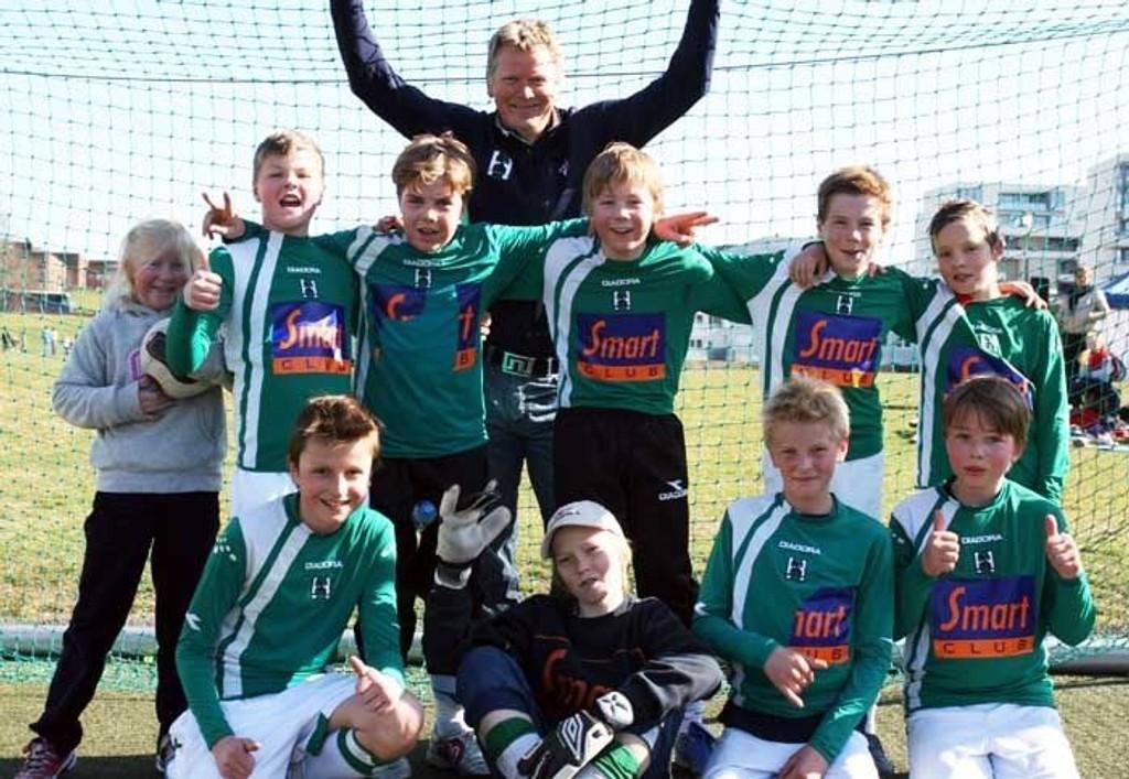 Bakerst: John-Ole Soløy (trener). Midt fra venstre: Ane (maskot), Filip, William, Hågen, Halvard, Christan. Foran fra venstre: Fredrik, Sondre, Morten, Brage.