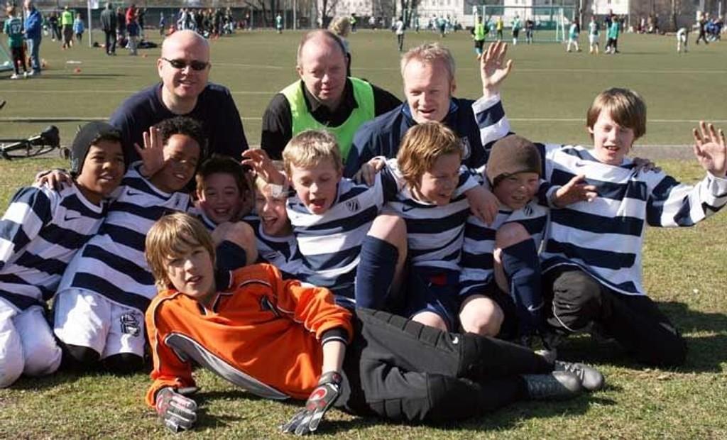 Bak fra venstre: Petter (trener), Svein Tore (lagleder), Rune Glomstein (cup-ansvarlig). Fra venstre: Hans Jacob, Thor, Mikkel, Bendik, Jakob, Stian, Andreas og Simen. Liggende: Isak.