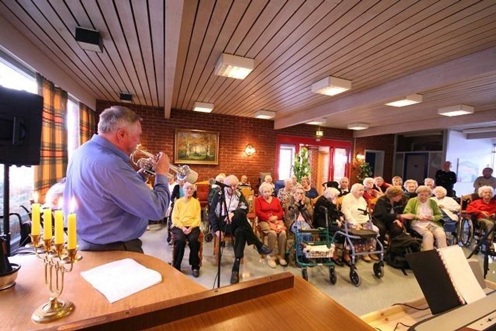 Gunnar Kullebund stilte opp for å spille for de eldre ved Lambertseter alders- og sykehjem i forbindelse med festkonserten.