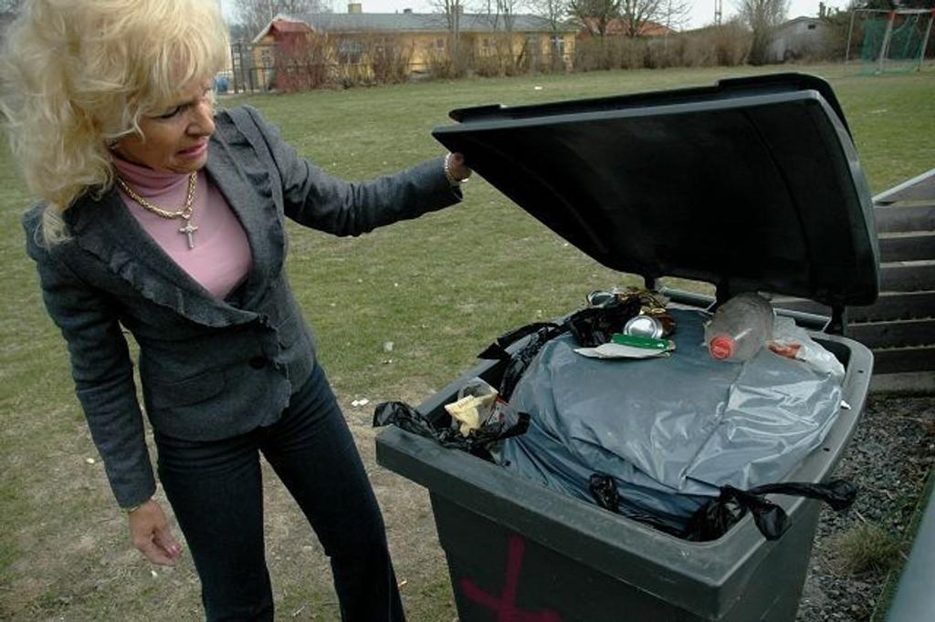 Overfylt: BU-leder Elin Horn Galtung sjekker ut en overfylt søppeldunk. Flere steder i Bydel Vestre Aker flyter det med søppel. foto: alexander Synstad