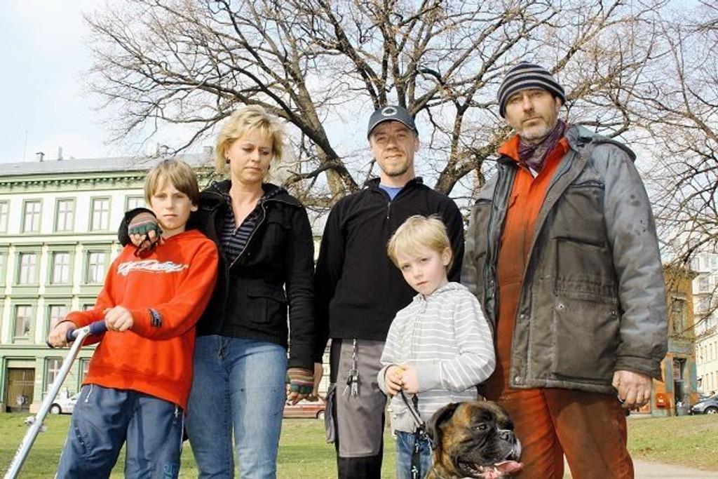 Alvin Tønder Mayland, Lisbeth Møyland, Øystein Skeje, Joakim Skeje og Jerry Wiener vil ha slutt på fylleslagene i parken.  FOTO: MAREN THORSEN BLESKESTAD
