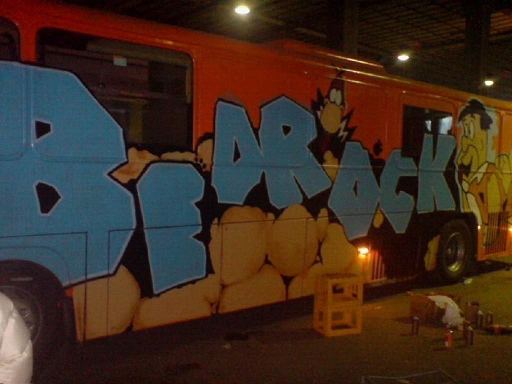 Jentene på bussen Bedrock er inspirert av Fred Flintstone. (Foto: Privat - Ikke til salgs.)