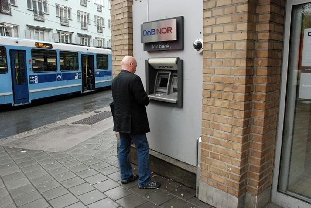 En pent kledd mann spionerte mens noen tok ut penger i minibanken. Illustrasjonsfoto: Andreas Lindbæk