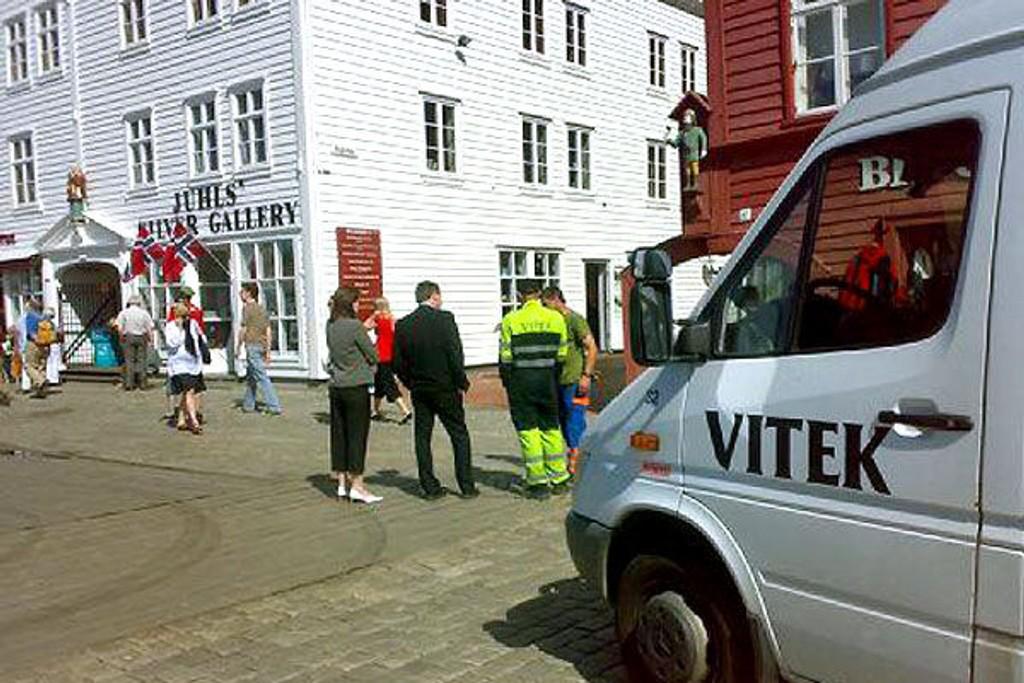 KLOAKKLEKKASJE: Her på Bryggen i Bergen er det lekkasje i en kloakkledning lørdag formiddag.