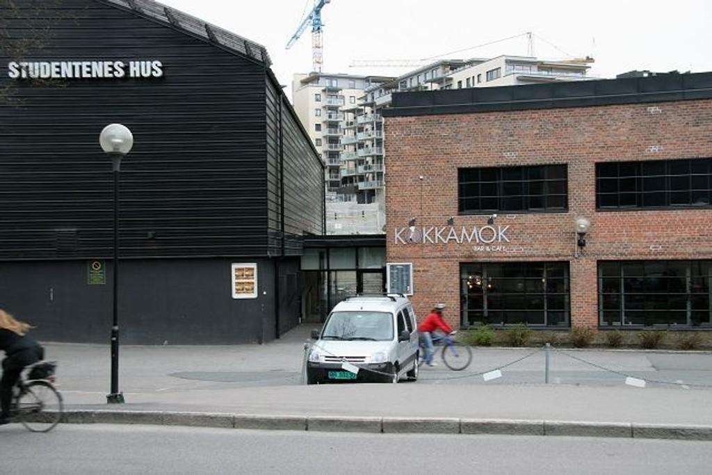 Kokkamok som holder hus vegg i vegg med Studentenes Hus kan håpe på nye skjenkeregler fra Byrådet I bakgrunnen boliger i «Solsiden».