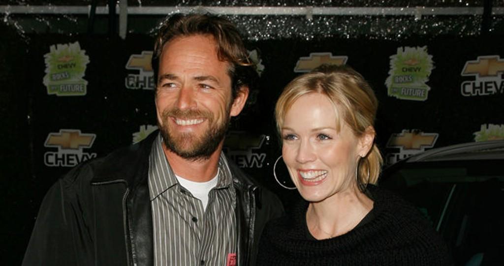 TILBAKE: Jennie Garth har takket ja til en rolle i den nye spin-off serien basert på «Beverly Hills». Her er hun sammen med Luke Perry, en av de andre heltene fra den originale serien.