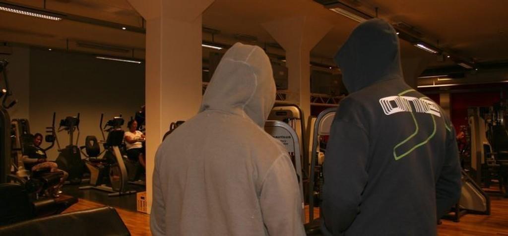 De to mennene som ble frastjålet penger og truet i dette treningsstudioet ønsker ikke å stå fram med navn og bilde i frykt for at tyvene skal ta hevn. Det er sånn at vi må vurdere å bevæpne oss i tilfelle vi skulle møte dem igjen, sier de.