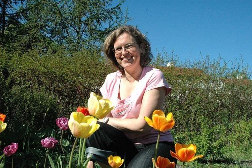 Avslapping og hygge: Anny Skarstein har noen grønne fingre, men først og fremst koser hun seg med det hun får til å gro på den lille parsellen på Nedre Silkestrå. Foto: Vidar Bakken